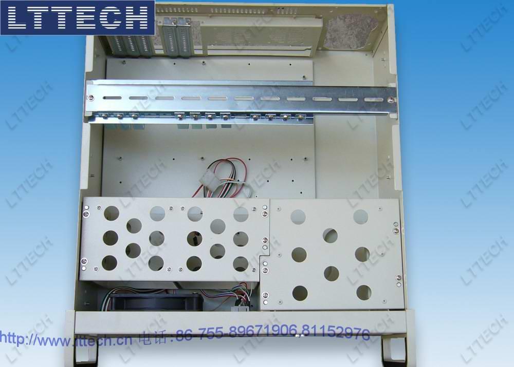 "LT450HW是19""机架安装工业电脑机箱,专为关键任务应用而设计。这款结构稳固的全钢机箱符合EIA RS-310 19""上架式标准。此机箱可容纳一个标准ATX主板或者14槽PCI/ISA总线无源底板(最大可以支持到12""*9.6""的M/B架构或者最高可支持14个扩展槽,适用于需要多扩展槽的高密度应用),并支持各种电源(灵活的机械设计可使系统通过变更电源托架来使用单个PS/2电源)。可上锁的面板门可防止在未经许可的情况下对机箱进行访问。1个可提供足够冷却能力的易维护"